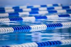 De pool zwemt Stegen stock afbeeldingen