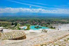 De pools en de terrassen van de travertijn in Pamukkale, Turkije Stock Foto's