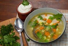 In de Poolse keuken, traditionele Poolse keuken, soep van de voorbereidings de smakelijke komkommer Stock Afbeelding