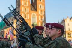 De Poolse militairen op wacht van de ceremonie is de gelofte van eerste klassen van de III Middelbare school van Januari Sobieski Stock Foto's