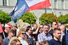 De Poolse nationalisten verzamelen in Warshau om het lidmaatschap van het land in de Europese Unie te protesteren stock fotografie