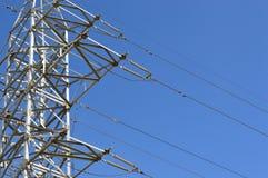 De poolsilhouet van het elektriciteitsmetaal in blauwe hemel, de transmissiemateriaal van de hoogspanningsenergie van staal Royalty-vrije Stock Foto