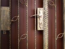 De poort, de sloten en de deur van het traliewerk Stock Afbeelding