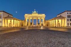 De Poort van Brandenburg in Berlijn bij dageraad stock afbeelding