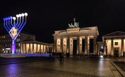 De Poort van Brandenburg in Berlijn bij nacht Stock Fotografie
