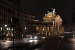 De Poort van Brandenburg in Berlijn bij nacht Stock Afbeeldingen