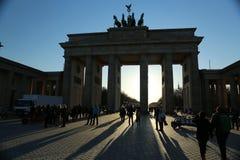 De Poort van Brandenburg, Berlijn, bij zonsondergang Stock Foto