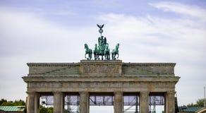 De poort van Brandenburg in Berlijn Historisch symbool in Duitsland Bewolkte hemelachtergrond royalty-vrije stock foto