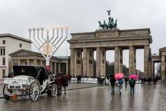 De poort van Brandenburg in Berlijn op een bewolkte dag Royalty-vrije Stock Fotografie
