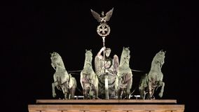 De Poort van Brandenburg in Berlijn, symbool van vrede en eenheid en beroemd oriëntatiepunt in Duitsland Neoklassiek monument bij stock videobeelden