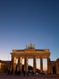 De Poort van Brandenburg bij het vallen van de avond Stock Foto