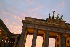 De Poort van Brandenburg bij schemer Stock Afbeeldingen