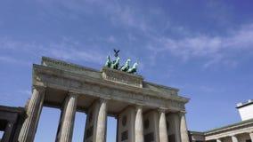 De Poort van Brandenburg tegen Blauwe Hemel, Berlijn stock video