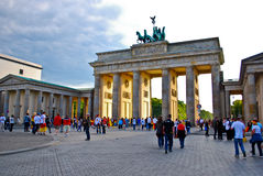 De Poort van Brandenburg vóór de voetbalgelijke, Berlijn Stock Afbeelding