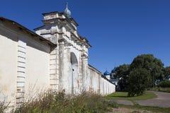 De poort van de omheining Holy Monastery van St George Velikiy Novgorod Rusland royalty-vrije stock foto's