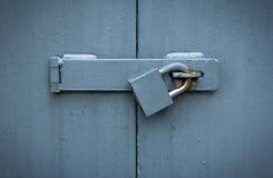 De poort van het ijzer met slot Royalty-vrije Stock Afbeeldingen