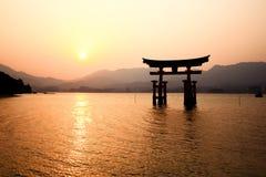 De Poort van Itsukushimatorii in Miyajima, Japan Stock Foto's