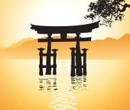 De poort van Miyajima bij Hiroshima en boom Stock Foto