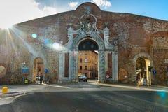 De Poort van Portacamollia met het heraldische schild van Medici in Siena Italië royalty-vrije stock afbeelding
