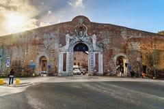 De Poort van Portacamollia met het heraldische schild van Medici in Siena Italië royalty-vrije stock fotografie