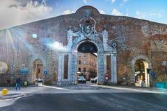 De Poort van Portacamollia met het heraldische schild van Medici in Siena Italië royalty-vrije stock foto