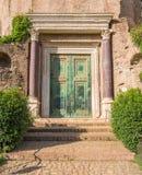 De poort van de Tempel van Romulus, in het roman forum Mooie oude vensters in Rome (Italië) stock afbeeldingen