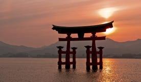 De poort van Torii, Miyajima, Japan Stock Afbeeldingen