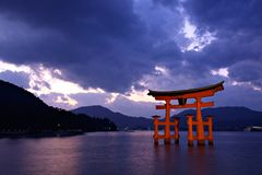 De poort van Torii in Miyajima, Japan Royalty-vrije Stock Foto