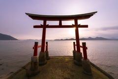 De poort van Torii van een heiligdom en een overzees Stock Fotografie