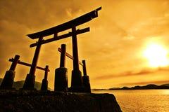 De poort van Torii van een heiligdom en een overzees Stock Foto