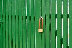 De poort wordt gesloten door het slot Royalty-vrije Stock Foto