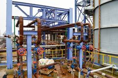 De poorten, roestten pijpmontage in petrochemische productie stock foto's