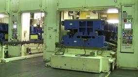 De poorten van de het stempelen lijnen worden geopend en door een machine van de stempelpers vervangen stock videobeelden