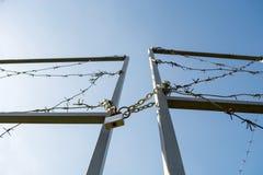 De poorten van de grens zijn gesloten en gekronkeld met prikkeldraad royalty-vrije stock foto's
