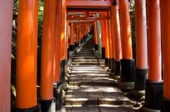 De poorten van Torii bij heiligdom Inari in Kyoto Royalty-vrije Stock Afbeelding