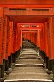 De poorten van Torii van het Heiligdom van Fushimi Inari in Kyoto, Japan Stock Afbeeldingen