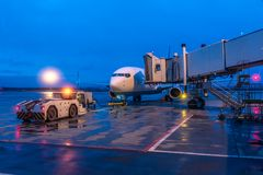 De poortkoker wordt gedokt aan de vliegtuigen royalty-vrije stock afbeelding