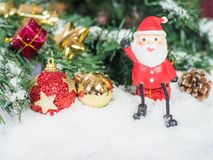 De pop van de Kerstman en Rood en glod Kerstmisballen in de sneeuw C Royalty-vrije Stock Foto's