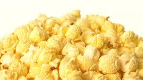 De popcorn in doos op wit, sluit omhoog stock video