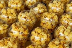 De popcorn in een plastic kop wordt prachtig geplaatst Ongezond voedsel of snackconcept Smakelijke zoute popcorn Koolhydratenvoed stock foto's
