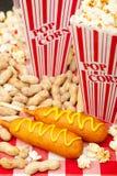 De Popcorn en de Pinda's van graanhonden Stock Afbeeldingen