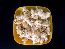 De popcorn is gele plaat stock afbeelding