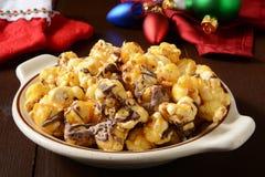 De popcorn van de chocoladekaramel stock afbeeldingen