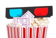 De popcorn van de filmkaartjes van de close-up en 3D glazen Stock Afbeelding