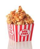 De popcorn van de karamel die op wit wordt geïsoleerdl Stock Afbeelding