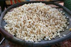 De popcorn voor verkoopt bij Wat Takien-het drijven markt, Nonthaburi, Thailand Royalty-vrije Stock Afbeeldingen