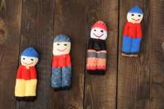 De poppen associeerden met de overblijfselen van garens op de achtergrond van ruwe inklimming en houten Royalty-vrije Stock Foto