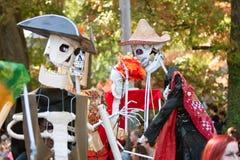 De Poppenkastspelers van het skelet presteren in de Parade van Atlanta Halloween stock afbeeldingen