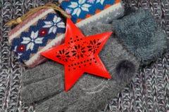 De populaire Kerstmisgift voor een vrouw - een wollen sjaal, voorraden en handschoenen stock fotografie
