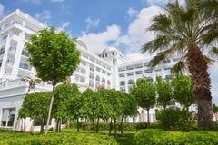 De populaire toevlucht Amara Dolce Vita Luxury Hotel Met pools en waterparken en recreatief gebied langs de overzeese kust royalty-vrije stock afbeelding